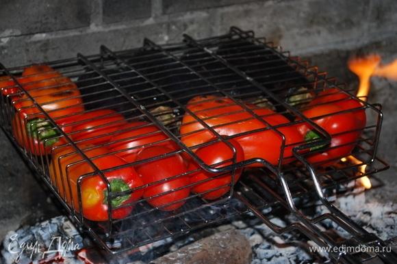Баклажаны, красные перцы и помидоры запеките на костре.