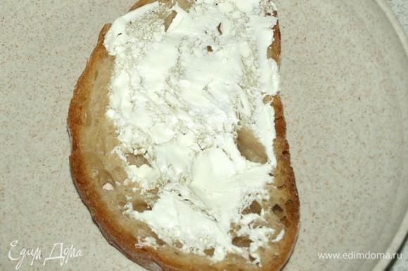 Горячий хлеб смазать творожным соленым сыром. Этот шаг можно пропустить.