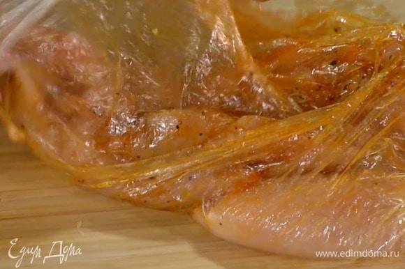 Индейку поместить в целлофановый пакет и отбить, затем всыпать в пакет паприку, цедру лимона, соль и перец, влить 2 ст. ложки оливкового масла и равномерно распределить, так чтобы все мясо было заправлено.