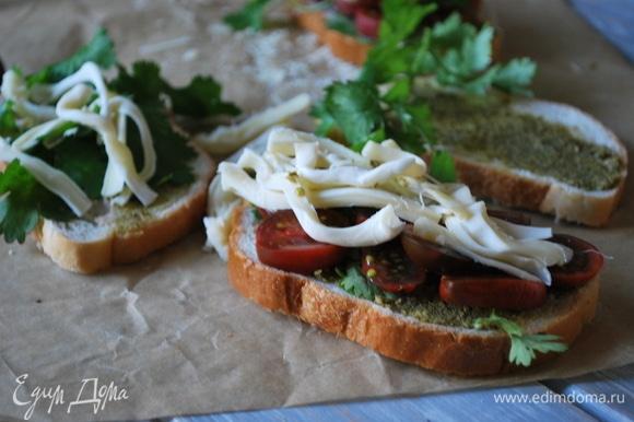 На соус песто выложите свежую зелень, нарезанные помидоры черри и кусочки сыра.