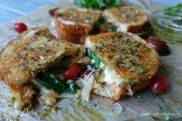Горячие бутерброды подавайте к столу. Приятного аппетита.