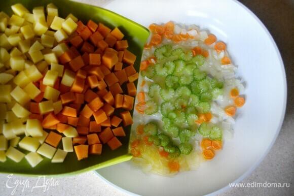 В сковороде пассеруйте на растительном масле половину репчатого лука, нарезанного мелкими кубиками, маленькую морковь, нарезанную кружочками. Добавьте сельдерей, нарезанный тонкими пластинами. Обжаривайте в течение 5 минут. После чего добавьте нарезанные небольшими кубиками тыкву и картофель, посолите, добавьте свежемолотый перец, шафран и обжаривайте еще в течение 10 мин, периодически перемешивая.