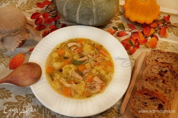 Готовый суп разлейте по тарелкам и подавайте к столу. Приятного вам аппетита!