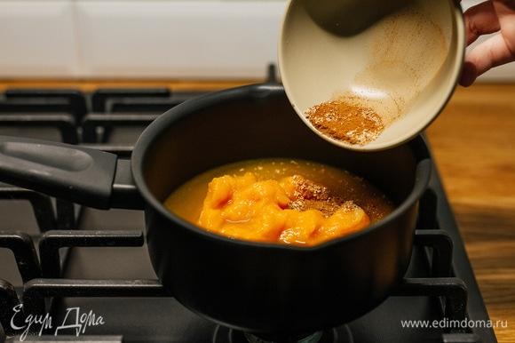 Добавить специи по вкусу и варить 10 минут, постоянно помешивая. Готовое пряное пюре можно переложить в банку и убрать в холодильник.