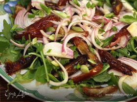 Салат из сладкого лука с финиками