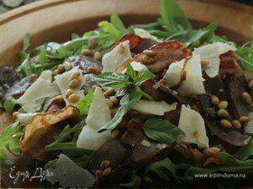 Теплый салат с луком, беконом и руколой