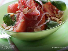 Салат из мясистых помидоров, красного лука и минда
