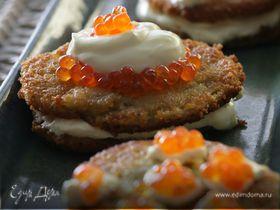 Картофельные деруны со сметаной и красной икрой