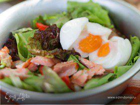 Зеленый салат с яйцом, рыбой и креветками