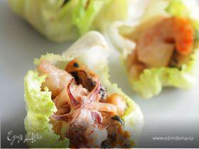 Морской коктейль на листьях салата
