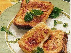 Поджаренный хлеб с моцареллой и зеленью