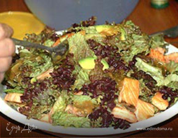 Салат из авокадо с семгой и креветками