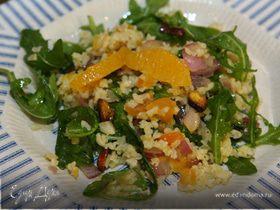 Салат из бурого риса и руколы с курагой и апельсином