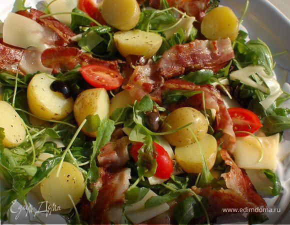 Салат с запеченным картофелем, беконом и помидорами