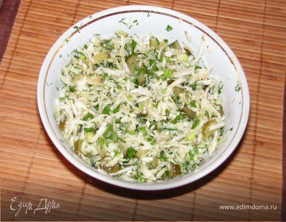 Салат с сельдереем и соленым огурцом