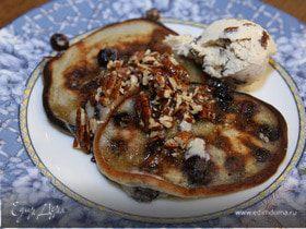 Сметанные оладьи с голубикой и ореховым сиропом