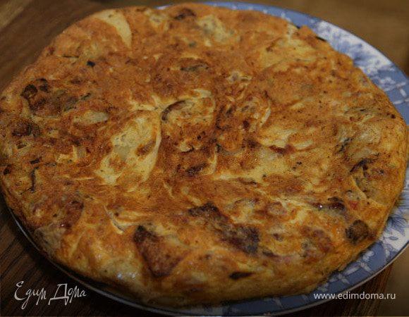 Тортилья с колбасками, картофелем и луком