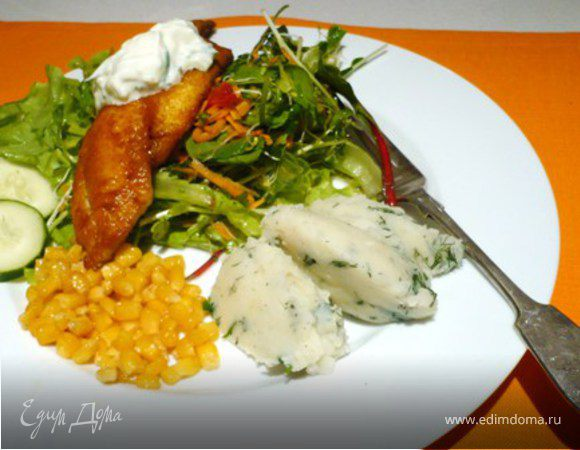 Рыба в куркуме, цацики и салат из руколы