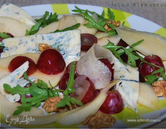 Салат из груш и сыра с плесенью