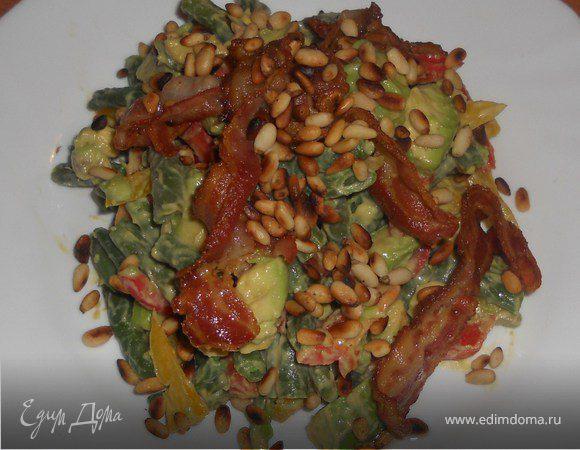 Теплый овощной салат с авокадо и хрустящим беконом