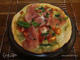 Хрустящая пицца с ветчиной, помидорами и перцем