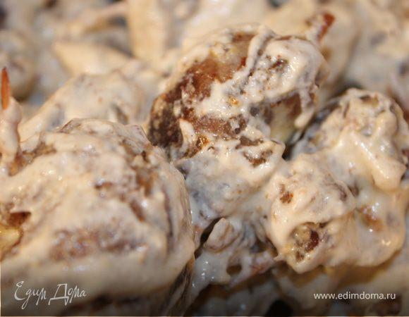Мясные рулеты с черносливом и грецкими орехами в сметане