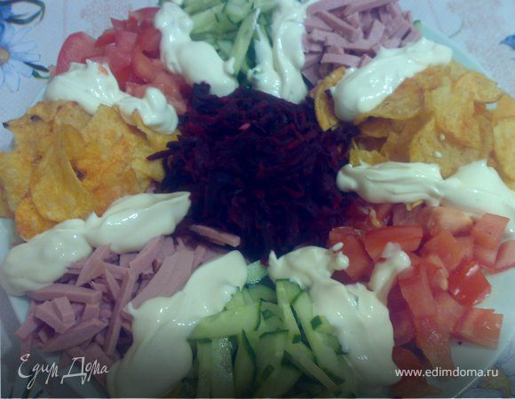 Салат с овощами, ветчиной и чипсами
