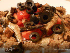 Салат со шпротами, маслинами и ржаными сухариками