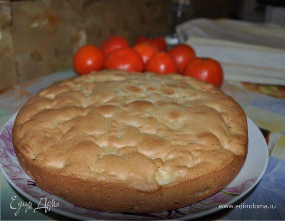 Яблочный пирог с черносливом, миндалем и корицей