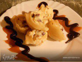 Десертная паста «ракушки» с рикоттой, вяленой клюквой и двумя видами шоколада