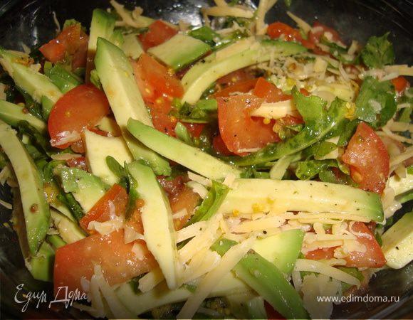 Салат из руколы с авокадо и помидором