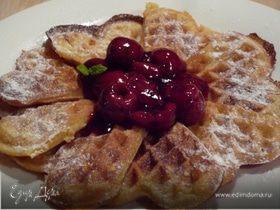 Ароматные вафли с горячим сиропом из вишни и вишневой водки