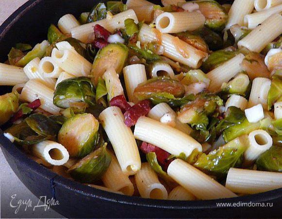 Паста с брюссельской капустой и колбасками