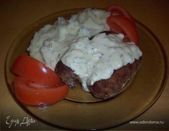"""Мясные колбаски с картофельным пюре под """"благородным"""" сырным соусом"""