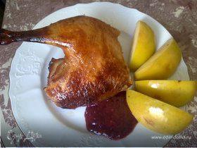 Утка с яблоками и брусничным соусом
