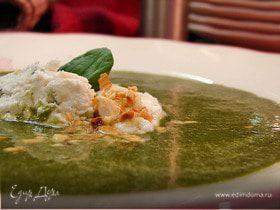 Зеленый крем-суп с клецками из творога и сыра с плесенью