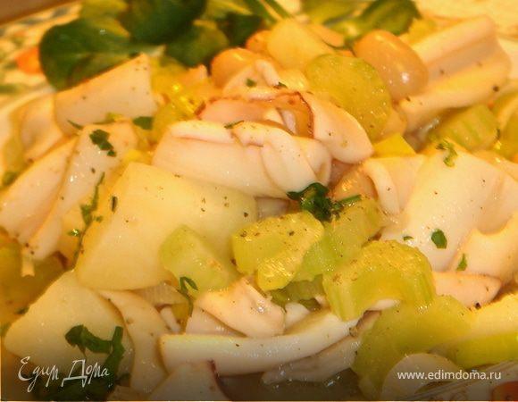 Теплый салат с кальмарами, белой фасолью и сельдереем.