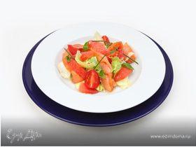 Салат листовой, с огурцом и укропом с рыбой холодного копчения и дольками грейпфрута