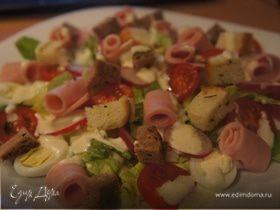Салат с ветчиной и соусом