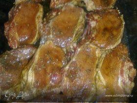 Запеченые свиные стейки в чесночном соусе