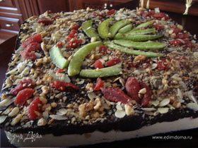Творожно -шоколадный торт с засушенными фруктами и орехами.