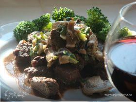 Жареная говядина под винно-грибным соусом.