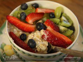 Злаковые хлопья с фруктами, ягодами и орехами