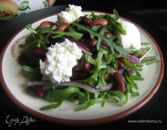Салат с фасолью,руколой и творожным сыром