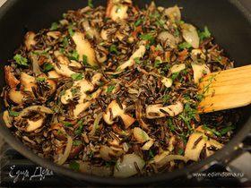 Салат из дикого риса с грибами и петрушкой