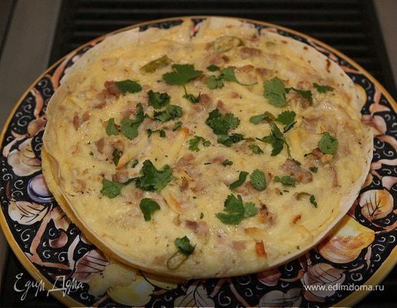 Пирог из тортильи с курицей, сыром и маринованным перцем
