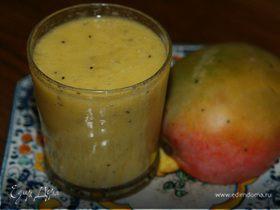 Коктейль из ананаса, манго и киви