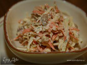 Капустный салат с яблоками, морковью и изюмом