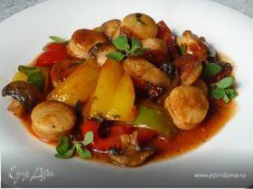 Гуляш из перца и жареных колбасок