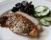Запеченная свинина с черносливом и огурцами